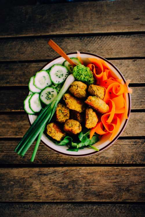 Vegan falafel with fresh vegetables