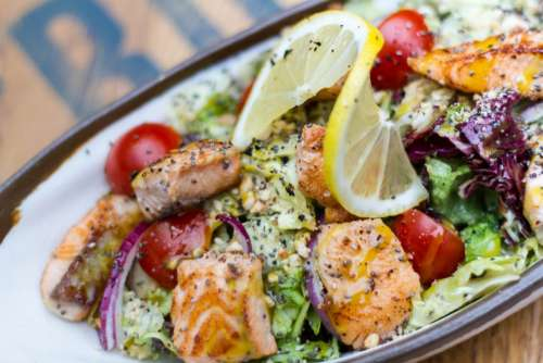 Grilled salmon cubes with vegetables
