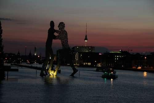 Berlin Molecule Men Spree Treptow Abendstimmung