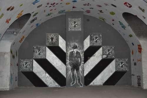 Figure Wall Graffiti