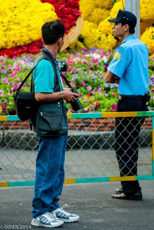 Guard Photographer Flowers Yellow Red Street