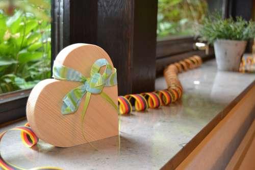 Heart Band Green Wood Streamer
