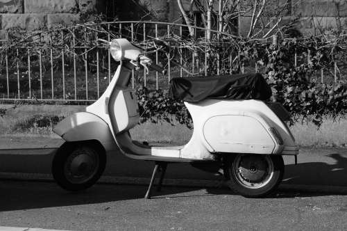 Roller Vespa Wespa Black And White