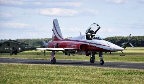 The Plane F-5 F5 Shows Airshow Landing Motors