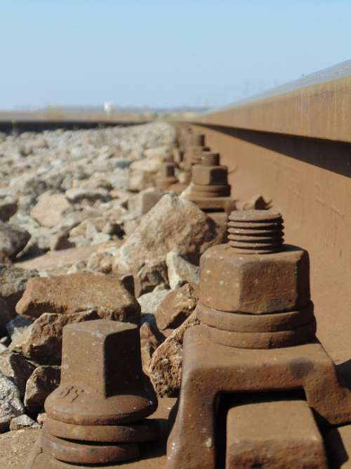 Train Itself Screws Stones