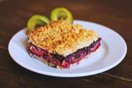 Crumble plum pie