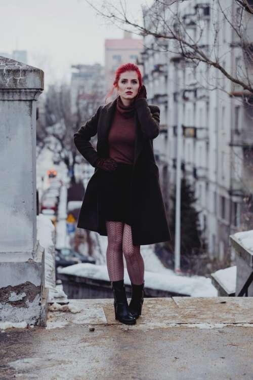 Redhead woman posing in th city