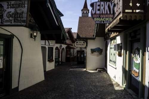 Alleyway between building in Alpine Helen, Georgia free photo