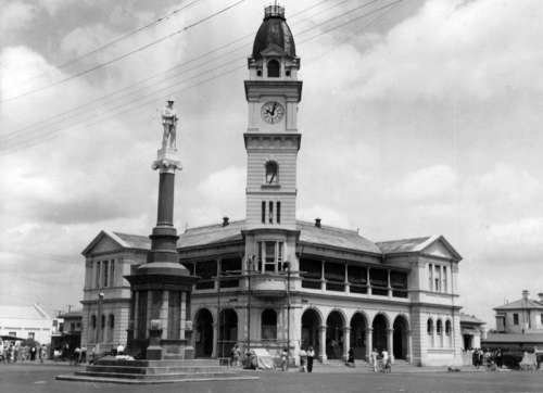 Bundaberg War Memorial in front of the Bundaberg Post Office, 1948 in Queensland, Australia free photo