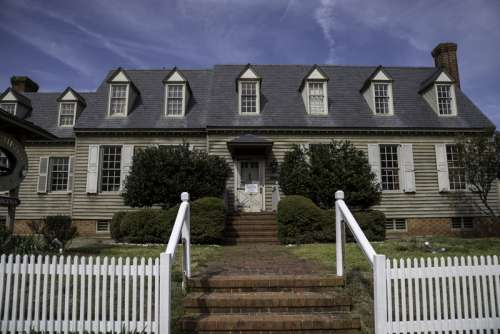 Historical House in Virginia under the sky in Yorktown free photo