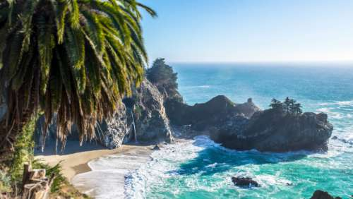 Seashore landscape in tropical paradise free photo