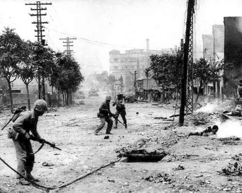 Soldiers fighting in Seoul , South Korea during the Korean War free photo