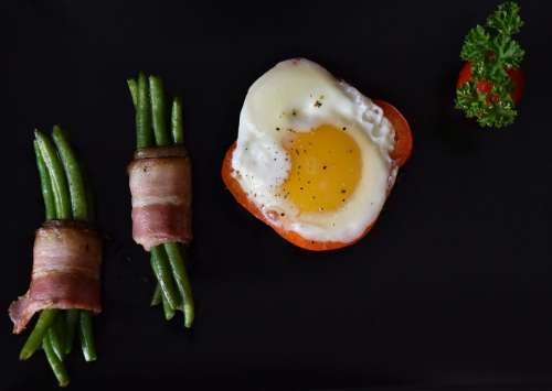 Egg, green beans, bacon and pepper
