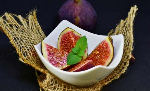 Sliced figs in a bowl