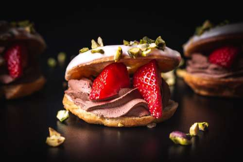 Sweet burger with strawberries and pistachios