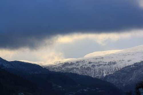 Horizon Winter View Hill