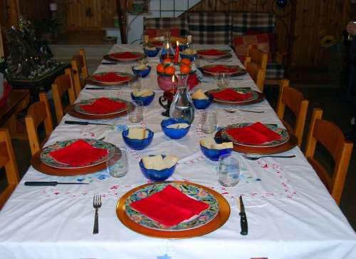 Table Apparecchiata Dishes Cutlery Glasses Chairs