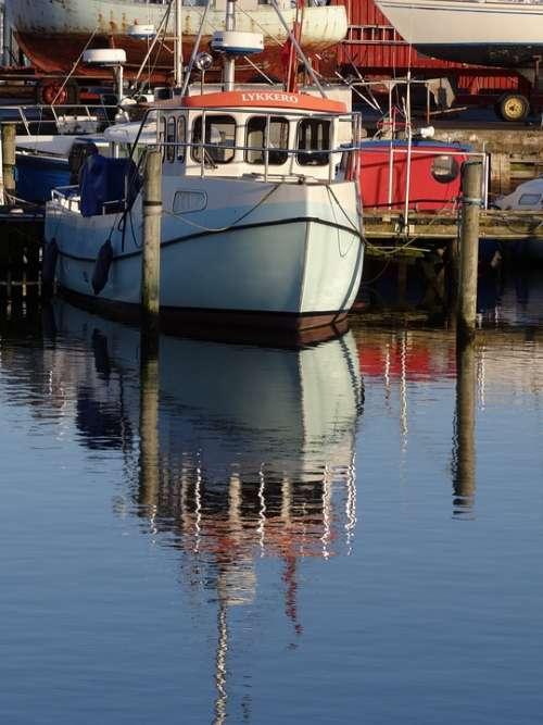 Vandspejling Mirroring Fishing Boat Sunny Day