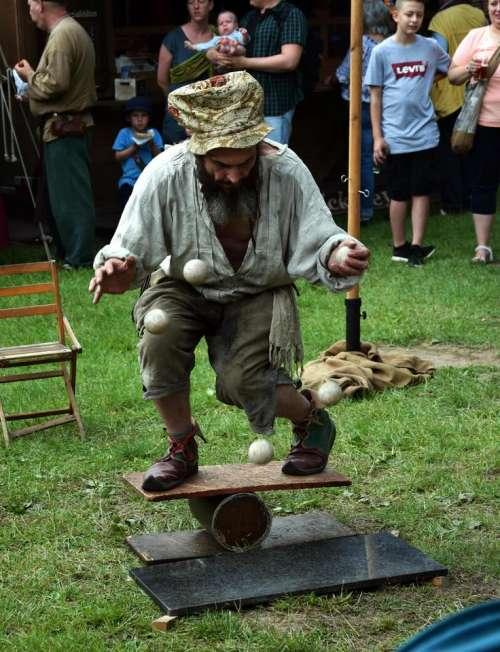 Micha Mangiafuoco Juggler medieval market juggler artist