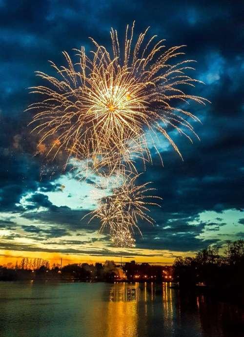 fireworks celebration night explosion light