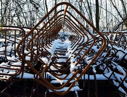 frozen wire rusty snow pattern