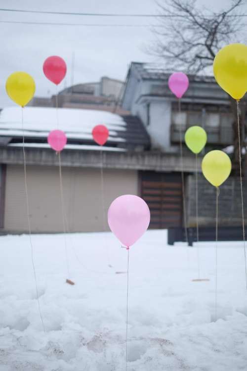 balloons party snow driveway house