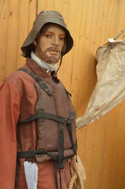 Marin Costume Holding Maritime Wax Protection