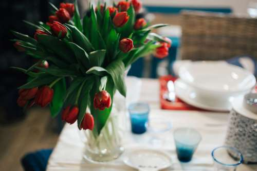 Table decorations with red flowers
