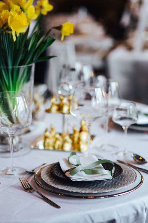 Table decorations with golden motifs