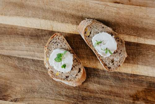 Baguette with goat cheese and mint